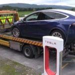 Автомобілі Tesla зможуть автоматично викликати евакуатор в разі поломки