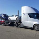# Фото | Вантажівка Tesla перевозить електричні автомобілі