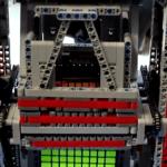 Een robot van Lego monteerde in een half uur een grote Rubik's cube