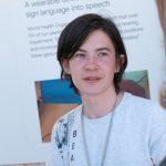 Ученик от Русия спечели конкурс на Google за разработване на преводач на жестомимичен език.
