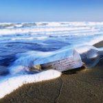 Hvor længe kan en meddelelse flyde i en flaske, hvis den smides i havet?