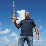 Uimari löysi 900-vuotiaan keskiaikaisen ritarin miekan Israelista